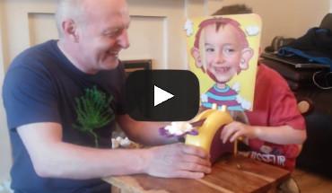 Pie Game - opa lacht kleinkind uit - taartspel - toekomt.nl